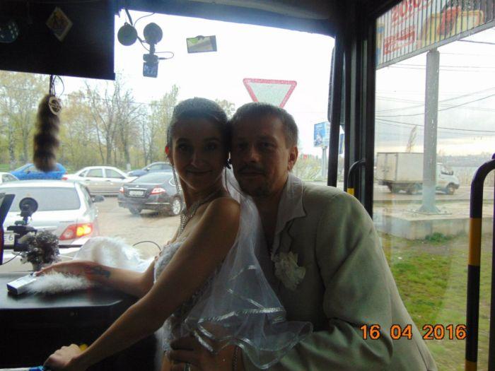 В Воронеже водитель автобуса сыграла свою свадьбу прямо в автобусе (6 фото)