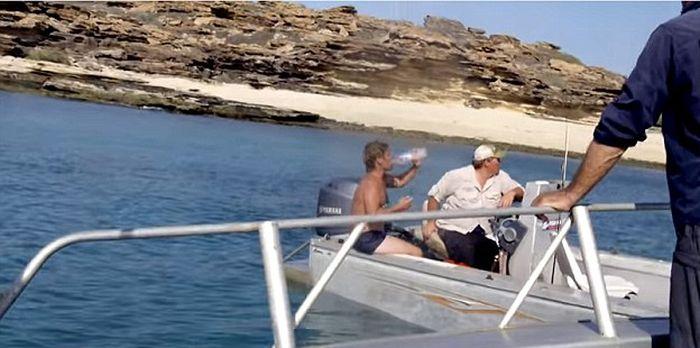 Съемочная группа канала Animal Planet спасла человека с необитаемого острова (5 фото)