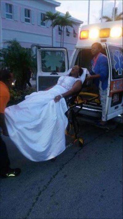 Девушка приехала на выпускной бал в машине скорой помощи (3 фото)