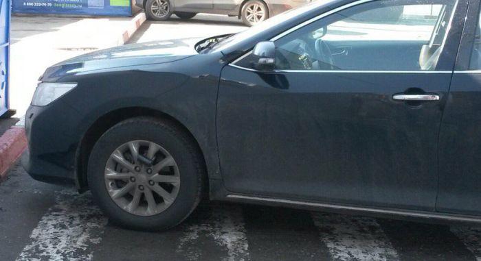 Оригинальное наказание для любителя парковки на зебре (2 фото)