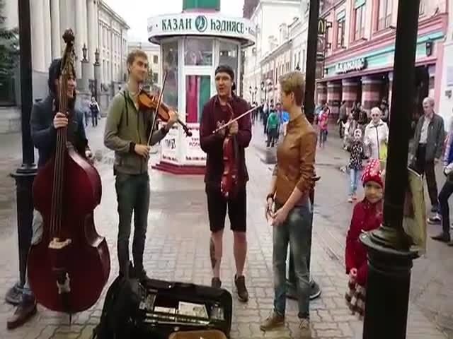 Девушка поет песню «Такого, как Путин»
