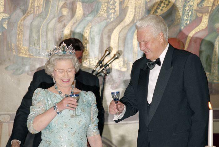 Кого из своих знаменитых современников пережила королева Елизавета II (10 фото)