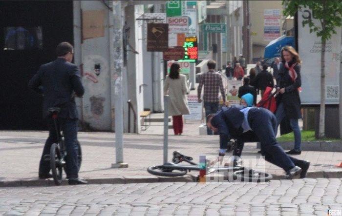 Мэр Киева Виталий Кличко упал с велосипеда по дороге на работу (5 фото)