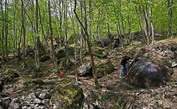 В Боснии нашли неизвестный гигантский шар (6 фото)