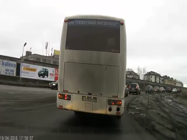 Агрессивный водитель обиделся, что его не пустили в ряд