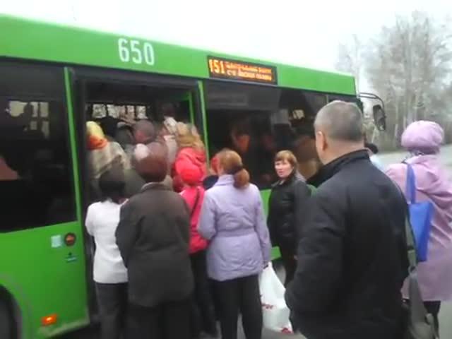 Тюменские пассажиры садятся в автобус
