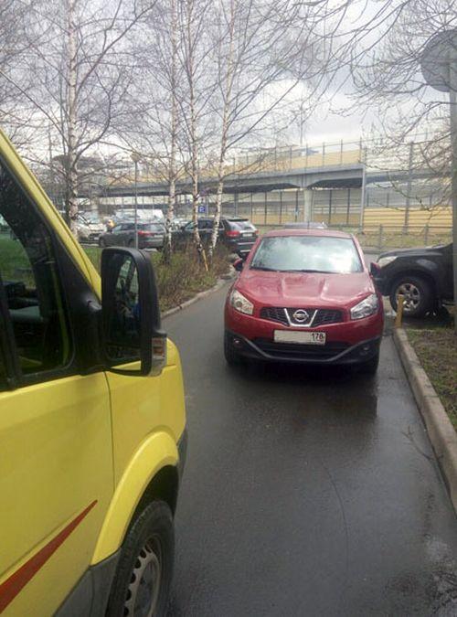 В Санкт-Петербурге неравнодушный мужчина оттащил автомобиль, чтобы освободить путь скорой (3 фото)