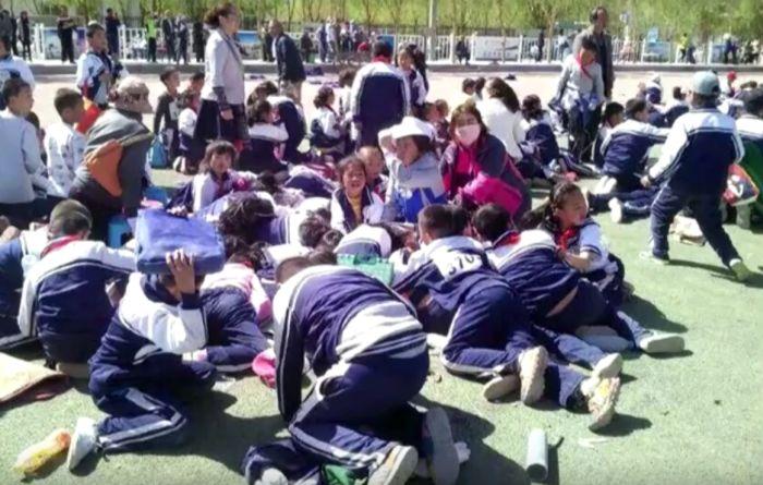 Песчаный смерч на школьном стадионе в Китае (4 фото + видео)