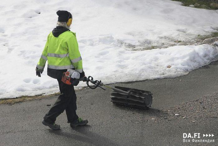 Уборка гранитной крошки на дорогах Финляндии (22 фото)