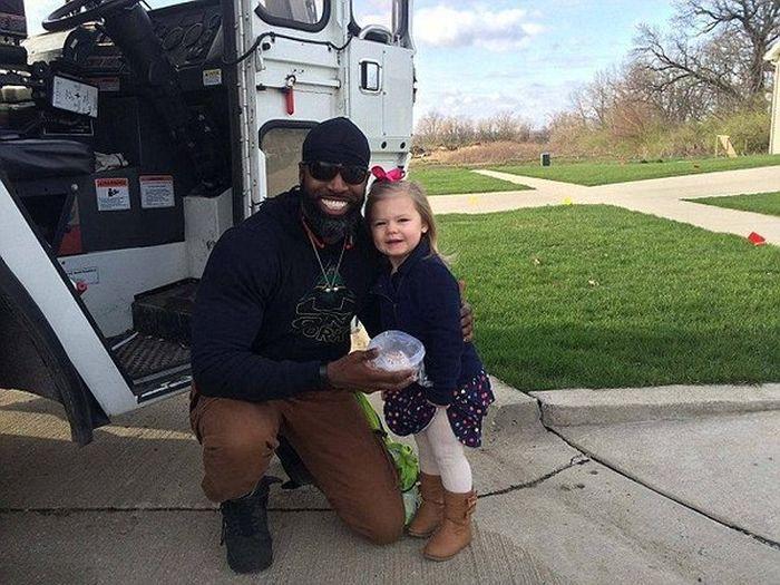 Добрая девочка угостила водителя мусоровоза кексом (3 фото)