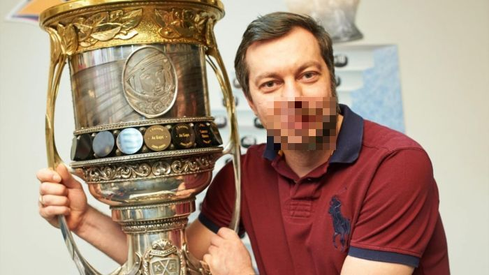 Тренер хоккейного клуба «Металлург» Илья Воробьев побрил половину лица (2 фото)