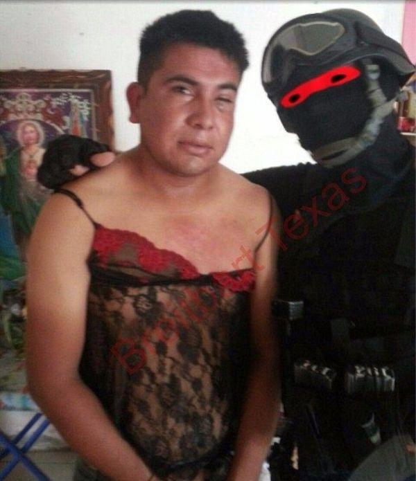 Мексиканский спецназовец переодевает наркоторговцев в женские платья (3 фото)