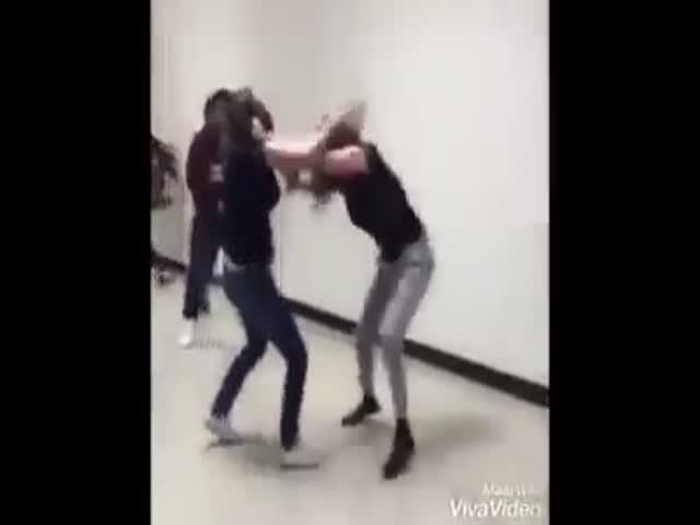Полицейский жестко прекратил драку школьниц