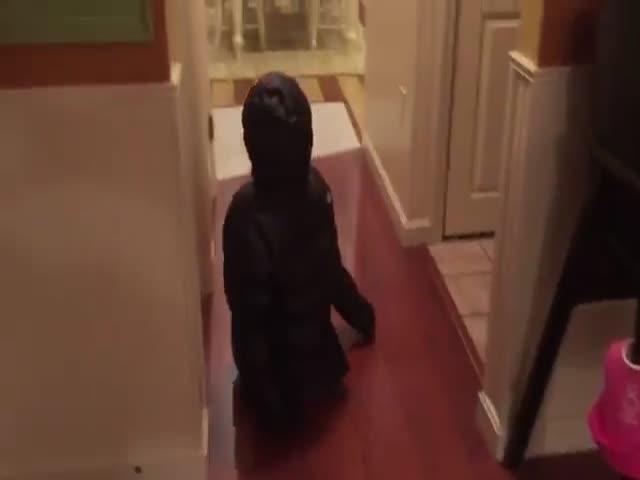 Смешная девочка гуляет по квартире