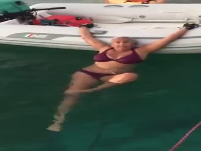 Как легко залезть в лодку