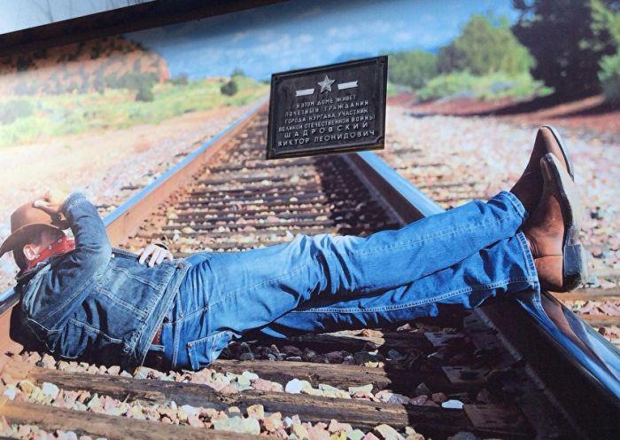В Кургане мемориальную доску ветерану завесили рекламным баннером с «окошком» (2 фото)