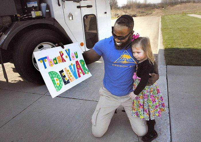 Водитель мусоровоза поздравил добрую девочку с Днем рождения (3 фото)