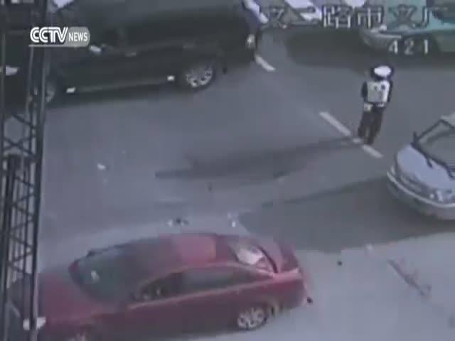 Китайские полицейские предотвратили дорожный коллапс