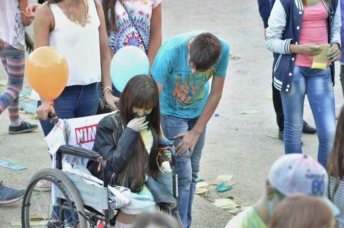 Самый трогательный момент на фестивале красок в Уфе (4 фото)