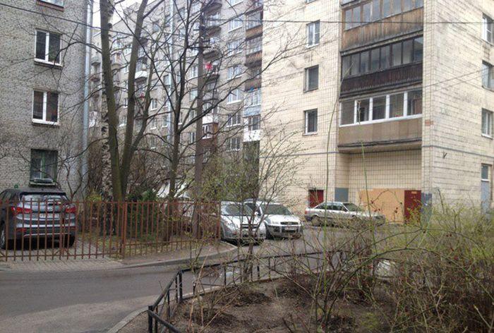 Автомобилист всего лишь обозначил «свое» место парковки (4 фото)