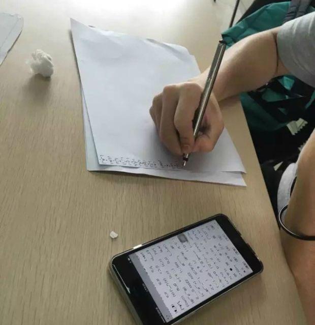 В Китае профессор наказал студентов, заставив их писать от руки тысячу эмотиконов (4 фото)