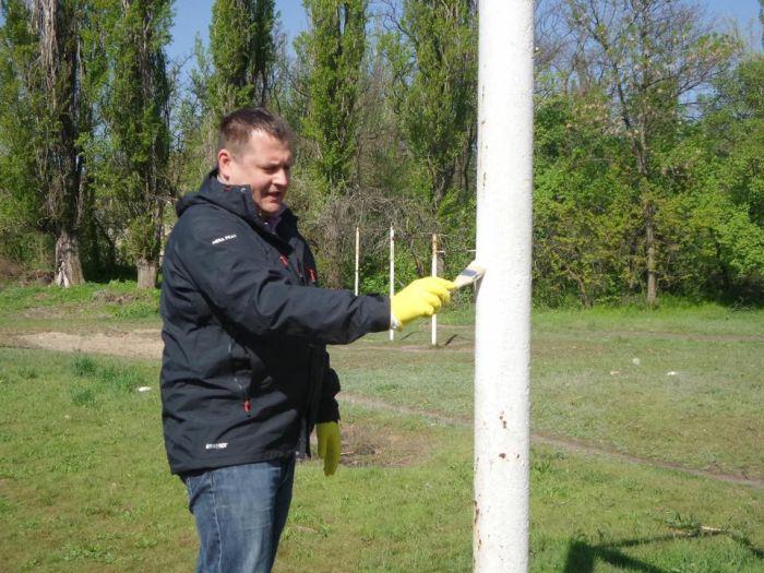 Мэр Днепропетровска Борис Филатов имитировал субботник (3 фото)