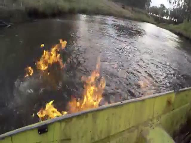 В Австралии депутат поджег загрязненную реку