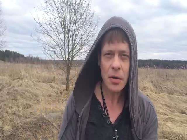 Павел Майков, Пчела из «Бригады», чиает текст песни «Плот» Юрия Лозы