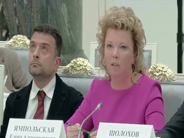 Скучающий литературовед Александр Архангельский на заседании в Кремле
