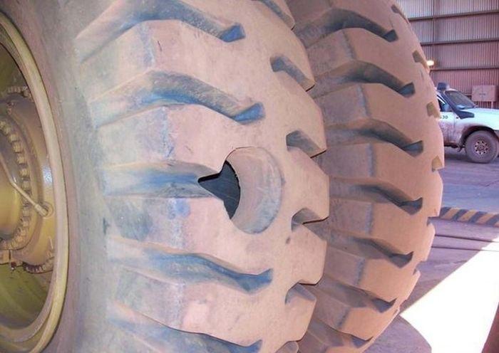 Никто не застрахован от случайных проколов колес (3 фото)