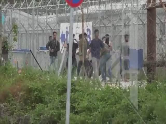 Беженцы забросали бутылками министра Греции по миграционной политике
