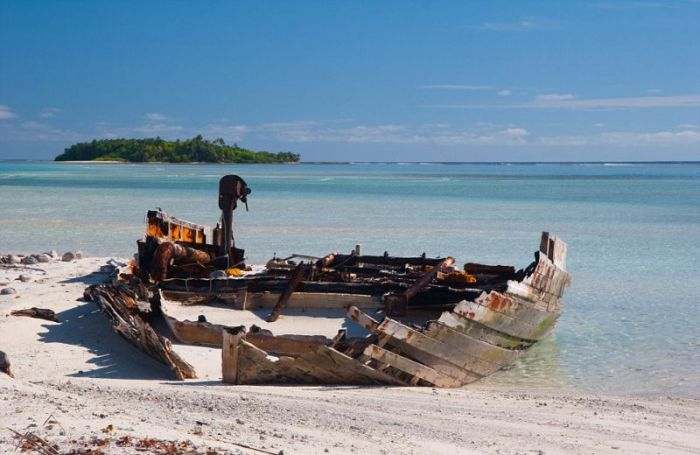 Дикая природа поглощает следы жизни человека на архипелаге Чагос (12 фото)