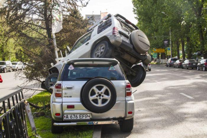 Автоледи не поделили дорогу и устроили серьезную аварию (6 фото + видео)
