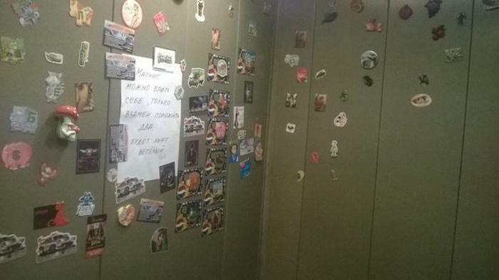 Веселый лифт с яркими магнитами (2 фото)