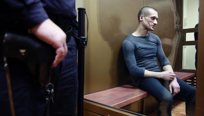 Художник-акционист Петр Павленский пригласил в суд проституток в качестве свидетелей (6 фото + видео)