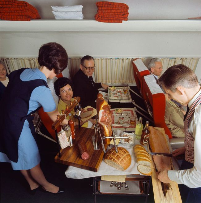Как кормили в самолетах 40 - 50 лет назад (2 фото)