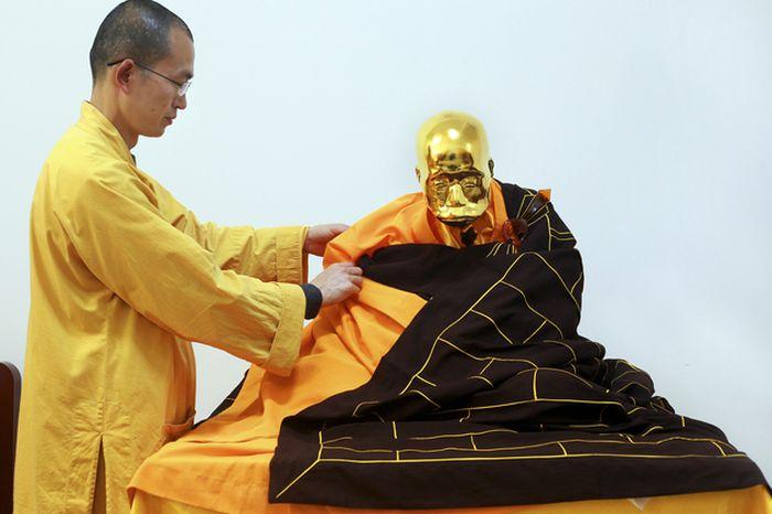 В Китае мумифицированное тело буддистского монаха превратили в золотую статую (6 фото)