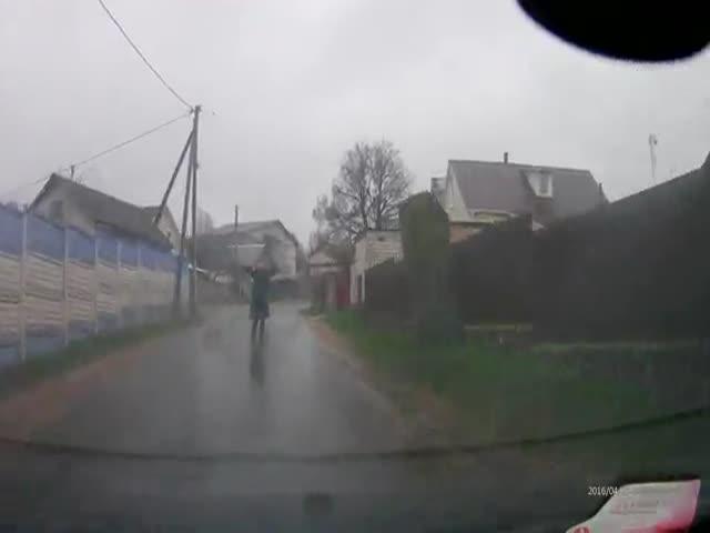 Пешеход продемонстрировал автомобилисту акробатические навыки