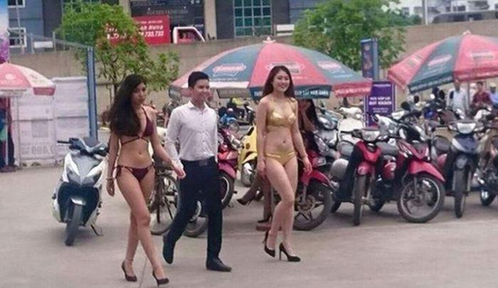 Во Вьетнаме продавщиц электроники одели в бикини (7 фото)