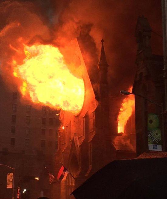 В Нью-Йорке сгорел старейший православный храм (5 фото + 2 видео)
