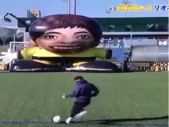 Лионель Месси обыграл огромного робота-вратаря