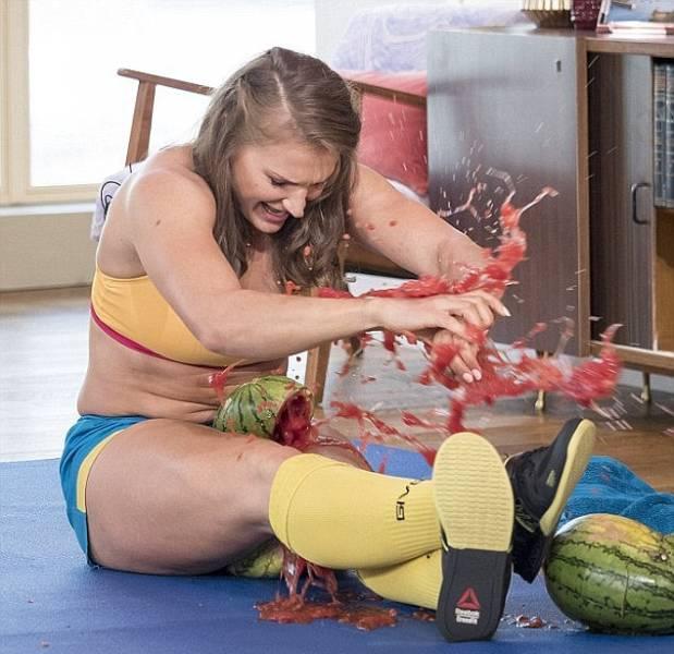 Кортни Олсон - девушка с невероятно сильными ногами (25 фото)