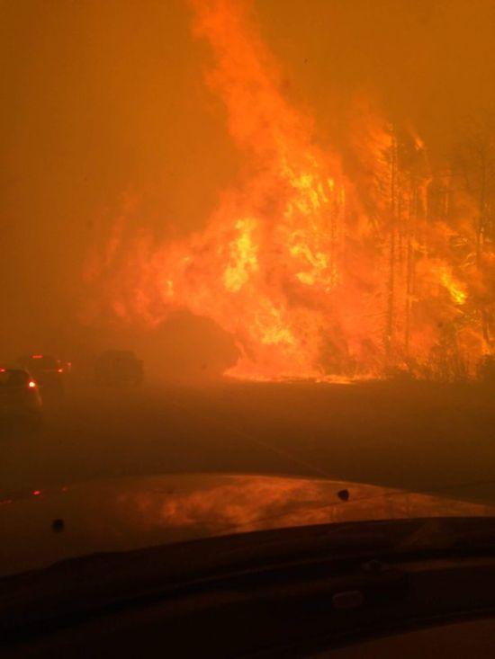 Из-за лесного пожара в Канаде эвакуируют весь 80-тысячный город (27 фото)