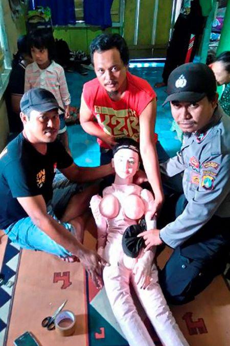 В Индонезии деревенские жители приняли резиновую куклу за «падшего ангела» (4 фото)