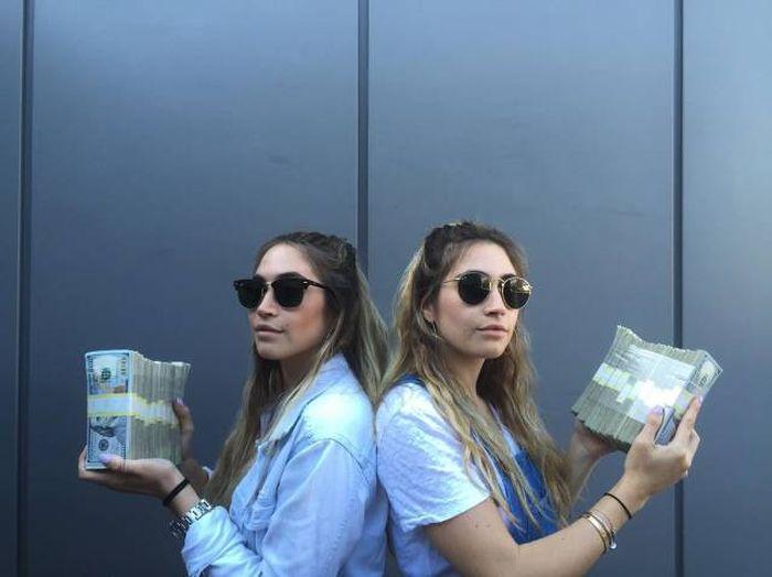 Сестры-близнецы делают откровенные фото с игрушками, после чего продают их (13 фото)