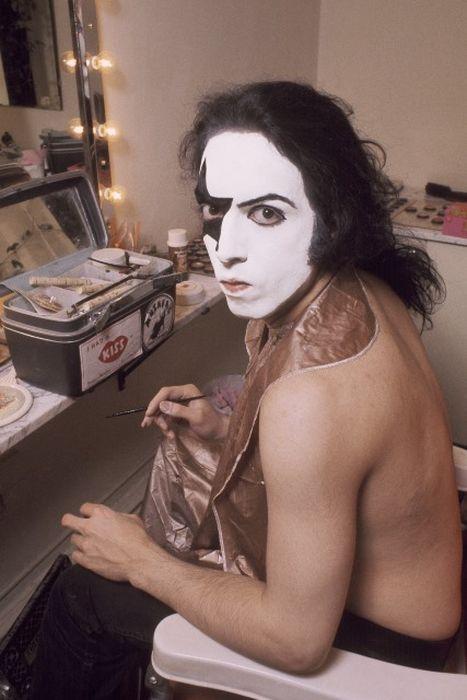Редкие фото: музыканты рок-группы «Kiss» наносят свой знаменитый грим (16 фото)
