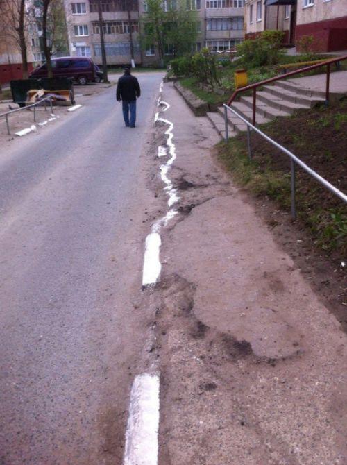 Сотрудники ЖКХ побелили бордюры к праздникам (3 фото)