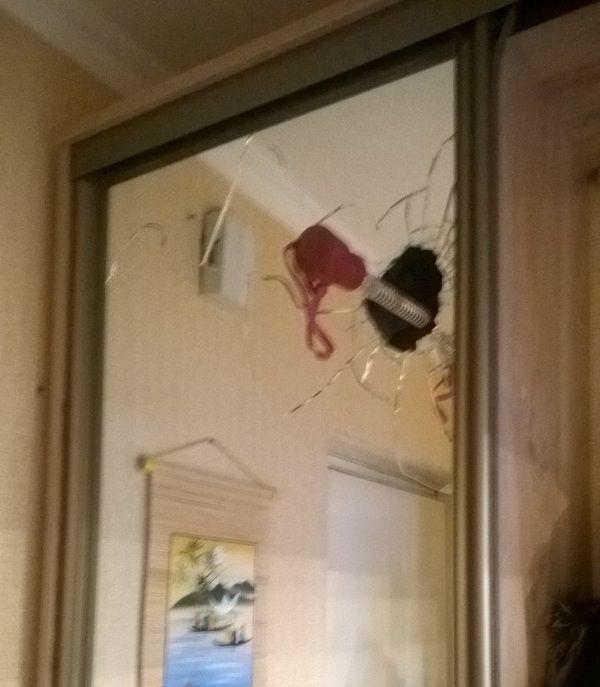 Зонт разбил зеркало в шкафу (2 фото)