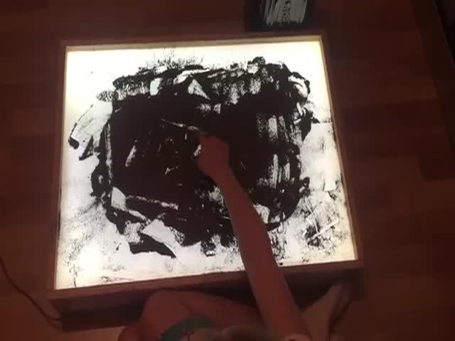 10-летняя девочка рисует прахом дедушки-ветерана