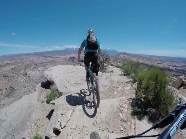 Бесстрашные велосипедисты катаются по краю скалы